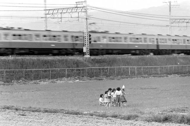 京阪橋本1900系と少女たち.JPG