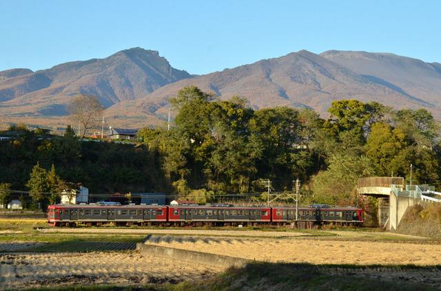 1103しなの鉄道平原115系と浅間山.JPG
