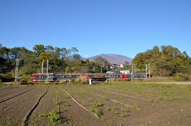 1103しなの鉄道平原115系と浅間山1.JPG