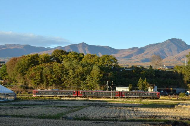 1103しなの鉄道平原115系と高峯山.JPG