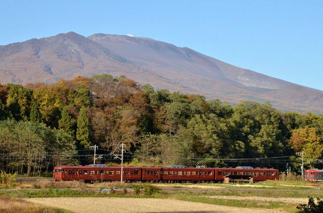 1103しなの鉄道平原15系ろくもんと浅間山.JPG