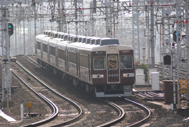 20101129十三阪急6450臨時特急全景.jpg