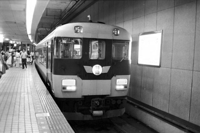 名阪特急近鉄難波12200系.JPG